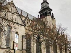 ノートル ダム ド ラ シャペル教会  今年はブリューゲル(父)の没後450年 ブリューゲルが埋葬されている市内のノートルダムドラシャペル聖堂にお参りに行ってきました。 ? 1403年完成のブリュッセルで一番古い教会です。 ロマネスクとゴシック様式が混在している聖堂です。  ブリューゲル(父)は1563年にここで結婚式を行い、 たった6年後の1569年にはここで埋葬。