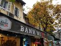 ホテルの近くのバインミー25 有名なバインミーのチェーン店のようです。 店に向かう途中で雨がぽつぽつ・・