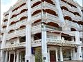 Dhavara Boutique Hotel https://www.dhavarahotel.com/  フライト時間1時間程でヴィエンチャン・ワットタイ空港到着。今回のホテルでは送迎が付いているので事前にメールで到着時刻を知らせておいた。空港を出ると、私の名前のついたプレートを持ってホテルのスタッフが待っていてくれた。 やっぱり送迎があると便利だわぁ〜  車に乗る前にATMある?って訊くと教えてくれたので、まずは空港のATMでラオスキープを引き出す。ヴェトナムドンみたいに桁が多くてびっくりする@@;100キープで約1.3円ってところ。  空港からは車でだいたい20分ぐらいかな?本日のお宿「ダヴァラブティックホテル」に着きましたぁ!!