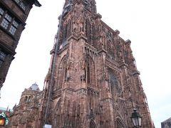 ストラスブール大聖堂まで来ました. 近づいてみると想像以上に大きい!装飾も細かい! 建設に300年くらいかかったみたいです. ストラスブールのシンボルなので大聖堂の下は人口密度が高くて,歩くのも少し大変なくらいでした.