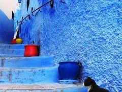 私達がシャウエンへとやって来た理由。 それは、青の絶景を自分の目で見たかったから。  世界中には青の絶景と呼ばれる場所はいくつかあり、モロッコのシャウエン村もその中の1つとされている。  山間部に突如出現するさまざまな青で彩られた村の異形の様は、多くの旅人を魅了し、その姿をSNSなどを通し世界中に発信し続けている。