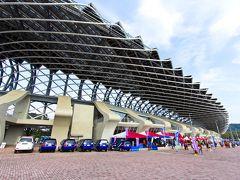 17:00、高雄駅から同じ地下鉄にのり受付会場である世運に到着。  日本の大阪マラソンや京都マラソンといった大型のマラソン大会に比べ規模が小さく、前日の受付会場に出店している店も少ない。  ちなみに会場である國家體育場(高雄世運主場館)は日本の建築家伊東豊雄の設計。