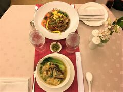 朝から一日ツアーで動き回っていたので、夕食を食べに行く気力もなく。ルームサービスを頼みました。 フィリピン料理のほか、中国料理・韓国料理がありました。 手前はワンタン麺。麺はぼそぼそだったけどスープの味は美味しかった!奥の焼きそば(みたいなの)は、甘辛系で子どもが気に入っていた。