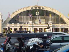 BTS、MRTを乗り継いで「ファランボーン駅」下車。 徒歩で宿に向かいます。