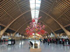 最終日、早朝に空港へ向かいます。 マクタン・セブ国際空港の新ターミナル。教会をイメージした?ステンドグラスと木のデザインが美しい。