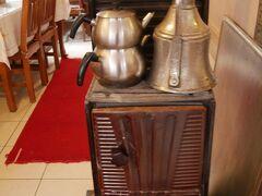 お腹がすいたので、まずはサフランボルの家庭料理が食べられるお店へ。  Kazan Ocağı(カザン・オジャウ) https://goo.gl/maps/qQDA1e4fGz32  ストーブでチャイを沸かしていて、きゅん。もちろん現役です。お茶を頼むと、ここから入れてくれます。