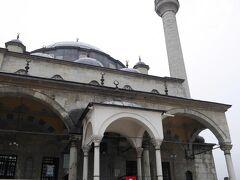 一つくらいモスクを見ておこうかなと思い、ふらっと入ったのがここ。  İzzet Mehmet Paşa Cami https://goo.gl/maps/yp6WBW2cGMo  1796年に建てられたモスク。