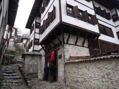 サフランボルには、内部を公開している民家が幾つもあるようなのですが、一番有名なカイマカムラル・エヴィ(Kaymakamlar Evi)にやってきました。  オスマン様式の民家の特徴は、2~3階建てで、2階以上が出窓になっていることだと思います。木造建築ですが、1階は石でしっかりと基礎が造られています。 土壁は、わら、土、そして卵をこねて造られているのだとか。