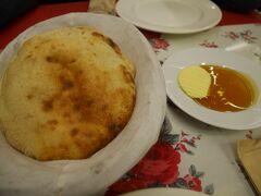 夕食は、Kadıoğlu(カドゥオウル)というレストランでいただきました。このお店は満足度が高かったです。  まず、お通しで出てくるパンが焼き立てで、すごく美味しかったです。蜂蜜とバターを付けていただくと、止まらなくて危ないです。
