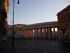 バスを下りるとサンピエトロ広場はすぐそこ。ゲート状(?)の建造物から向こう側には異国が広がっています。  >> 世界一ゆるい国境ですね! <<