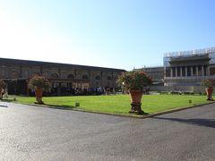 ヴァチカン美術館は広く、内部には中庭があります。