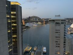 だいぶ日も暮れてきましたねー。 このホテルを選んだのは、窓辺のカウチで移りゆくシドニー湾の景色を眺めたかったというのもあります。