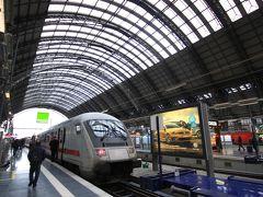まずはフランクフルト中央駅(Frankfurt Hbf). ヨーロッパ最大級のターミナル駅で,アムステルダム,ブリュッセル,パリ,バーゼル,ウィーン行きの国際列車も乗り入れています.