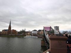 レーマー広場から程近いマイン川にかかるこの橋はアイゼルナー橋(Eiserner Steg)で,フランクフルトのランドマークのひとつです.