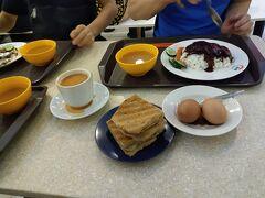 今回もホテルの朝食はなし。  ということで、ビュッフェを横目にホテルを出て、ふと立ち寄ったのがLUCKY PLAZAのフードコート「Asian Foodmall」  10店ぐらいお店があって、妻は写真にあるカヤトースト。  息子と自分は、叉焼ご飯。娘はジョリビーでハンバーガーと思い思いものを食べる。  このカヤトーストはシンガポールの定番朝ごはんらしいので、妻がオーダーしたんですが、 このトーストに挟まっているカヤジャムが美味しいのなんのって。  昨日食べた天天のチキンライスより美味しかった!  カヤジャムはココナッツベースとのことですが、今まで食べたことがない味で、 甘さがしつこくなくとても食べやすい。  きっと初めての味だったから美味しかったかもしれないけど…  ちなみに朝食を食べている時間は9時頃だったんですが、日曜休みのフィリピン人のメイドさんがたくさんいて、フードコート内はカオスと化してました。  その他、洋服のお店とかにたくさんの人人人。 とにかくこの人の多さにはビックリしたなぁ。