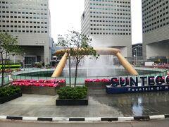 お腹いっぱいにしたあと、最初に向かったのはサンテック シティモールにある、富の泉。 息子がインスタで見たシンガポールにある噴水に行きたいとのことで、せっかくシンガポールにいるんだったら見に行こうとなったもの。  噴水を見せたら、これじゃないと我が息子。 インスタを見せてもらうと全く違う…  その場所が分からないので、地下にあったスーパー(ジャイアントハイパーフレッシュ)で店員さんにインスタを見せたら、 どうやらそれはベイフロント駅の近くにあるとのこと。  (調べてみたら、それはマリーナベイサンズのショッピングセンターにあるレインオキュルスでした)  でもせっかく来たので、見に行くことに