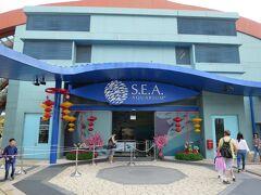 S.E.A. Aquarium入り口は、Maritime Experiential Museumの入り口とちょうど反対側にあります。  チケット売り場から結構歩きます。