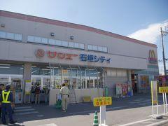 今日は小浜島へ行くのですが、フェリーに乗る前にお買いもの。 小浜島へお店がないので、石垣島で買い出ししたほうがいいよ!と友人情報。(ありがとう♪)  お酒とかおつまみとかお酒とか買って、フェリー乗り場へ向かいまーす!