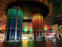 待ち合わせ場所の美麗島駅に到着! 無事落ち合うことができ、三人旅になりました。  ちょうど時間は15時頃。 美麗島駅にのステンドグラスを使ったショーを見ました。 音に合わせて色が変わったり、レーザーが床に写されたりします。 5分くらいのショーです。  https://www.travel.co.jp/guide/article/17729/  11時、15時、20時に開催されます。 金曜日は17時、土日は17時、19時にも開催されます。 みんな床に座ったり写真を撮ったり、思い思いに見ています。