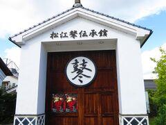松江鼕(どう)伝承館 左横の窓から実物の鼕宮や鼕 (太鼓) を見ることが出来る