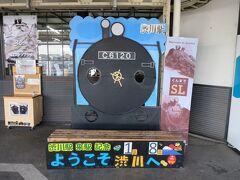 下りホーム(水上・長野原草津口方面)には、C61形蒸気機関車の顔ハメ看板が設置してあります。駅員さんの手作り感が良いですね。  JR東日本・高崎支社では、「C61-20(1949年製造)」と「D51-498(1940年製造)」の2種類の蒸気機関車を使い高崎駅~水上駅間「SLぐんま みなかみ号」と高崎駅~横川駅間「SLぐんま よこかわ号」を土日メインに運転しています。(運転日はホームページで要確認)  ・JR東日本 高崎支社  https://www.jreast.co.jp/takasaki/