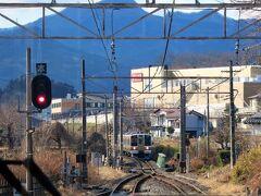 ・中之条駅 上り列車と行き違いのため3分間停車します。 まもなく、新前橋行[211系・4両編成]が到着します。  13:50 中之条駅を発車しました。