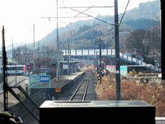 ♪まもなく~群馬原町です。  吾妻郡東吾妻町(人口:13000人)の中心駅です。ホームには数名の乗客がいます。