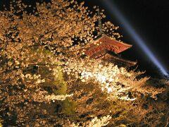 【清水寺】 重要文化財・清水寺三重塔と夜桜。 清水寺本堂は国宝です。 https://www.kiyomizudera.or.jp/ (2002年4月1日撮影)