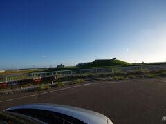 住宅地を抜けると、奥尻島津波館と時空翔がある徳洋記念緑地公園に到着。