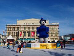 オペラハウスは修復中だったけど、冬なのでスケートリンクができていて、ちょっと変わった雰囲気。