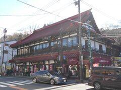 さて、お腹が減ったのでランチのお店を探すことに。 その前に、レトロなこちらの建物を1枚。