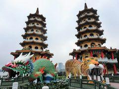 【龍虎塔】 建てられたのは1974年と新しく、たたずむ龍と虎にはなんとな~くハリボテ感が漂いますが、訪れれば「過去の罪が帳消しになる」と言われる最強のパワースポット(らしい)。