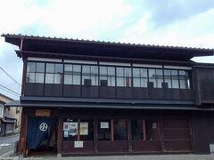 北前船の時代館、旧小澤家住宅。 江戸時代後期から新潟街で活躍していた商家・小澤家の店舗兼住宅。 典型的な新潟の町家造りを見ることができます。 200円。 入り口で荷物を預かってくれ、A3サイズくらいのラミネートされた物を渡され、それに要所などが書かれてあり、重点的に見ることができます。