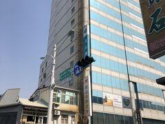 台鉄台南駅から暴走タクシーに乗って5分(飛ばし過ぎ~ってくらい速かった)くらいで本日のホテル「FX Hotel」に到着。