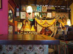 ここ、前回来た時に居心地がよくてすっかり気に入ってしまいまして。お店の一階がインド・ネパール雑貨屋さん、二階がカフェになっているんです。  店内はインドやネパール一色…ではなく、タイ王室の写真が飾ってあるのが面白かったです。