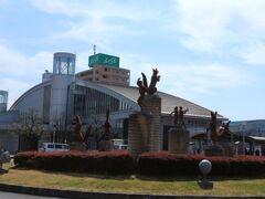 豊川稲荷から5分もあるけば駅にたどり着けました。 駅の前も狐の像がお出迎え。 JR線の豊川駅と、名鉄線の豊川稲荷駅は隣り合わせでした。