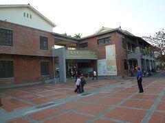安平路沿いの小学校  この近くにバス停があります