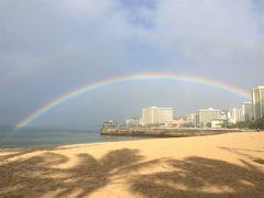 AM9:30 そのままクイーンズビーチへ戻ってくると、大きな虹が海の中まで・・・ しかも、よく見るとダブルレインボー!
