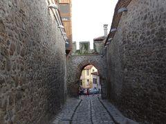 城壁が残る旧市街にはフリップ2世により建てられたヒサール・カピヤ(要塞の問)