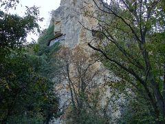 下から見たイヴァノヴォの岩窟教会