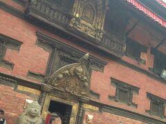 こちらは、旧王宮の入口。 中はパタン博物館(Patan Museum)になっています。  旧王宮の入口は ゴールデンゲートと呼ばれているそうです。  入口の装飾はとても細かかったので オペラグラスを持ってくればよかったです。 (ホテルに置いてきたー、残念)