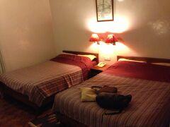 タメルからタクシーでホテルに戻りました。  今回選んだのは Hotel Vajra(ホテル バジュラ)。 一応、クラシックホテルに分類される感じ。  ネパールらしさのある宿に泊まりたくて 地球の歩き方に載っていた 3つのクラシックホテルの中から選びました。  場所はタメル地区から西へ車で10分もかかりません。 (2015年4月で約200~300Rs) ※タクシーとの交渉に よって価格は変わります  また、ホテルからスワヤンブナートへも徒歩圏内になります。 道がわからなくても、ホテルの屋上から見える位置にあるので 方角だけ確かめて歩いて行けます。  レンガづくりの建物ですが 今回の震災でも影響なかったようなので 作りはしっかりしてるんだと思います。  至る所に彫刻が施され、美しい建物です。  無料Wi-Fiは、ロビー棟や宿泊棟の数か所にあり チェックインの際にパスワードをプリントした紙をくれます。 (速度はあまり期待しないでねw)  貴重品を入れる金庫は フロントの脇のホテル事務所の中。 ちょっと古めかしい 各引き出しに鍵がついただけの金庫ですw  レストランは朝食でしか利用しませんでしたが 朝食ビュッフェを利用しない時でも 飲み物だけの利用もOK。  ホテルと契約しているタクシーが何台か居るようで フロントに頼むとスグに来てくれます。  一度は、私がフロントに携帯を忘れてしまったのですが 気が付いたスタッフがタクシーの運転手に電話をくれて 「預かっておくからね」と安心させてくれました。  立地はタメルのあるエリアからは離れ Bishunumati River(ビシュヌマティ川)の西側。  カトマンズ市内は、かなりにぎやかですし 舗装されていない道路は埃っぽく また歩き回れば汗だくにもなるので 静かなホテルに戻ってきてシャワーを浴び ゆっくり休む事が出来るというのは快適でした。
