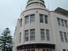 ネイピアのアールデコ風建物の象徴でもあるT&G Buildingの建物です。ドーム上に時計があるのが特徴で、マリーンパレード沿いにあります。この建物は、現在、レストランとカフェになっていました。1931年にあった大地震で破壊された町に1935年に建てられたそうで、当初、保険会社ビルとして使われたそうです。  この建造物はニュージーランドで最も多く写真に撮られている、と言われています。ネイピアを訪問した際には、見逃せない建物だろうと思います。