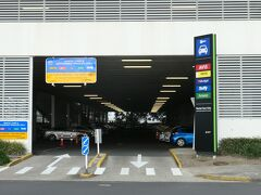 オークランド空港のレンタカー返却場所に戻ってきました。レンタカーをHertzで返却しました。空港のホテルで1泊後、明朝は帰国便に搭乗します。  ニュージーランドは道路も混んでおらず、車運転は日本と同じ右ハンドルですので、レンタカー利用はとても簡単便利でした。レンタカーだったので、結構多くのワイナリーを訪れ、多種類のワインテースティングを楽しむことが出来ました。日本では手に入りにくい美味しいワインボトルも手に入れました。スーツケースの重量が増えましたが、帰国後にワイナリーの光景を思い出しながらのワインを楽しめます。思い出深いワイナリー訪問だったと思います。