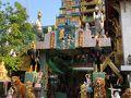 2日目の朝は8時にホテルを出発  ワットパクナムに向かう前にすぐそばにある寺院へ寄ります。 まだ朝早いので地元の人が数人いるだけ。 のんびりとした朝の時間が流れています。