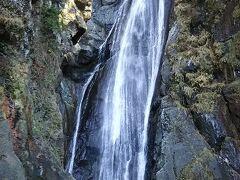目の前で餡枯れ落ちる滝を見ると、写真では表せないような迫力でした。蹴り道も30分かかりました。もちろんですが、揺れる吊り橋を渡らなければなりません。