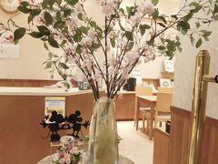 ヒルトン東京ベイに着いたらチェックイン&荷物を預けます。  ロビー階のフラワーショップには桜と可愛いミキミニが♪