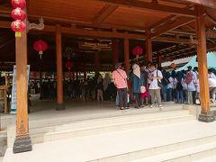 入場門。右側はインドネシア人専用で左側に外国人用カウンターと入口があります。