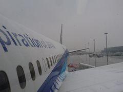 出発時の羽田空港は時折吹雪のような雪。気温は何とかプラスの3℃。