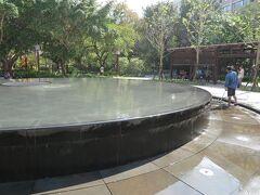 新北投駅前の公園の、静かにしみ出す噴水がきれいでした。